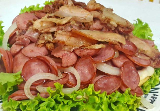 Calabresa acebolada com bacon (Crédito: Mirassol Conectada)
