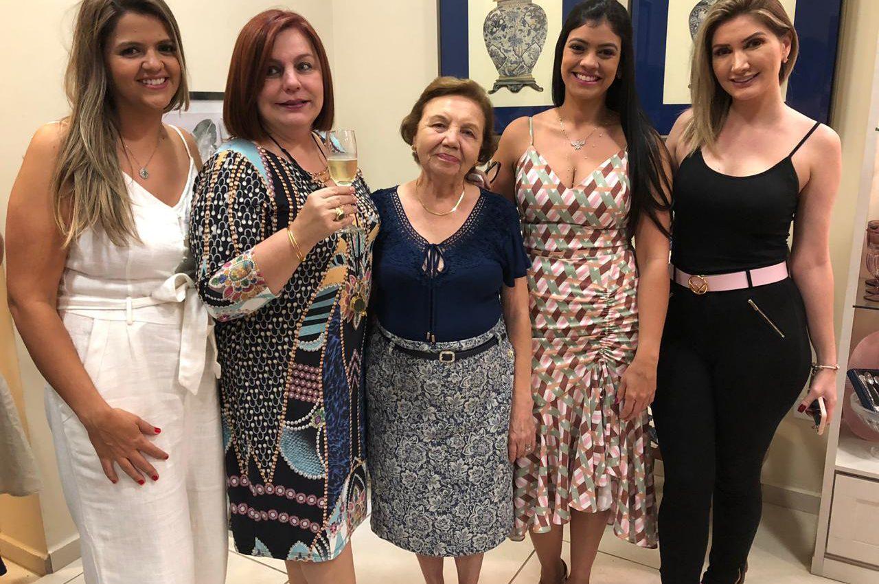 Da esquerda para a direita: Natália Guardia, Cecília Cecílio, cliente, Nayara Guardia e Cecília Camolezi (Foto: Edi Caires)